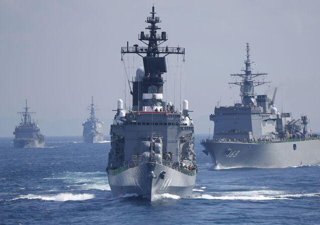سفن حربية يابانية أثناء عرض عسكري للأسطول الياباني