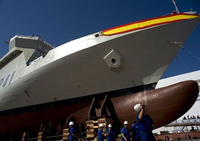 سفينة حربية بأحد أحواض بناء السفن التابع لشركة بناء السفن الإسبانية نافانتيا التي تتعاون مع السعودية في تصميم نظام القتال البحري حزم