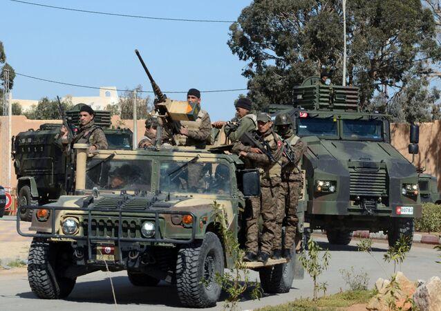 جنود تونسيون يقومون بدورية في أحد الشوارع