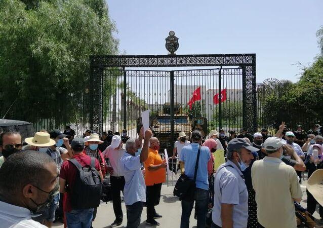تجمهر التونسيين أمام مقر البرلمان التونسي