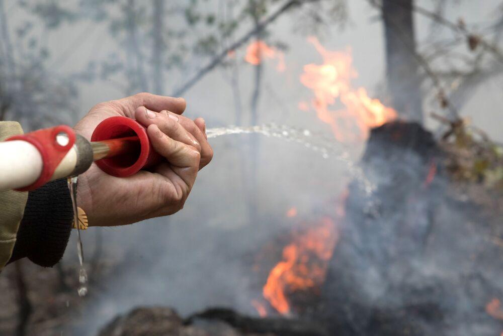 رجل اطفاء حرائق الغابات في حي سياموزير في كاريليا، روسيا 21 يوليو 2021