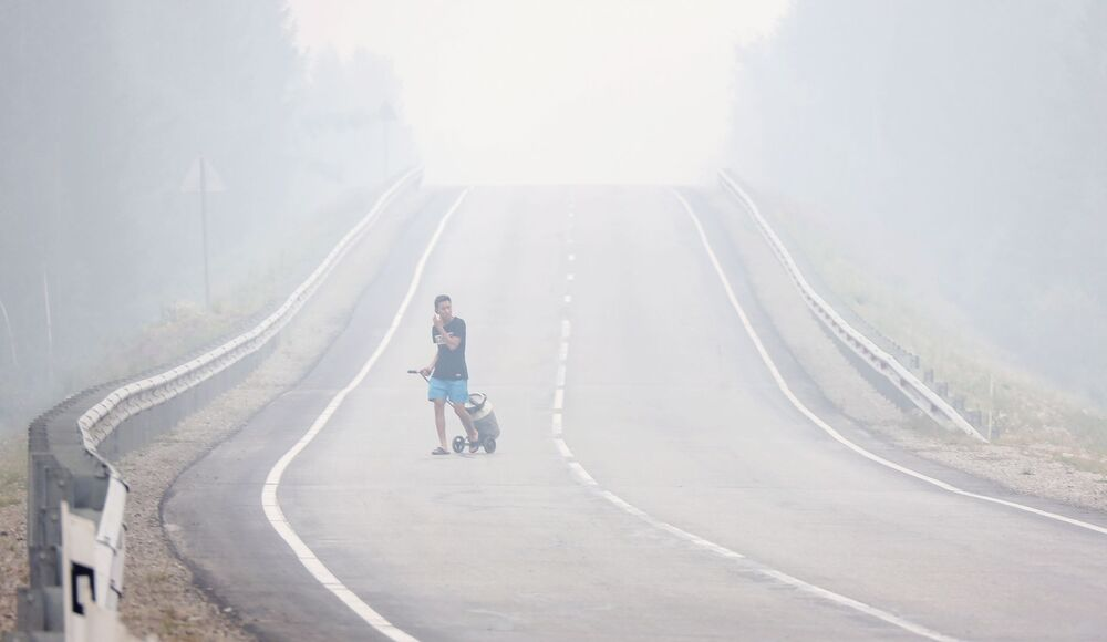 دخان يتصاعد في موقع حرائق الغابات بالقرب من قرية ماغاراس في ياقوتيا، روسيا 15 يوليو 2021