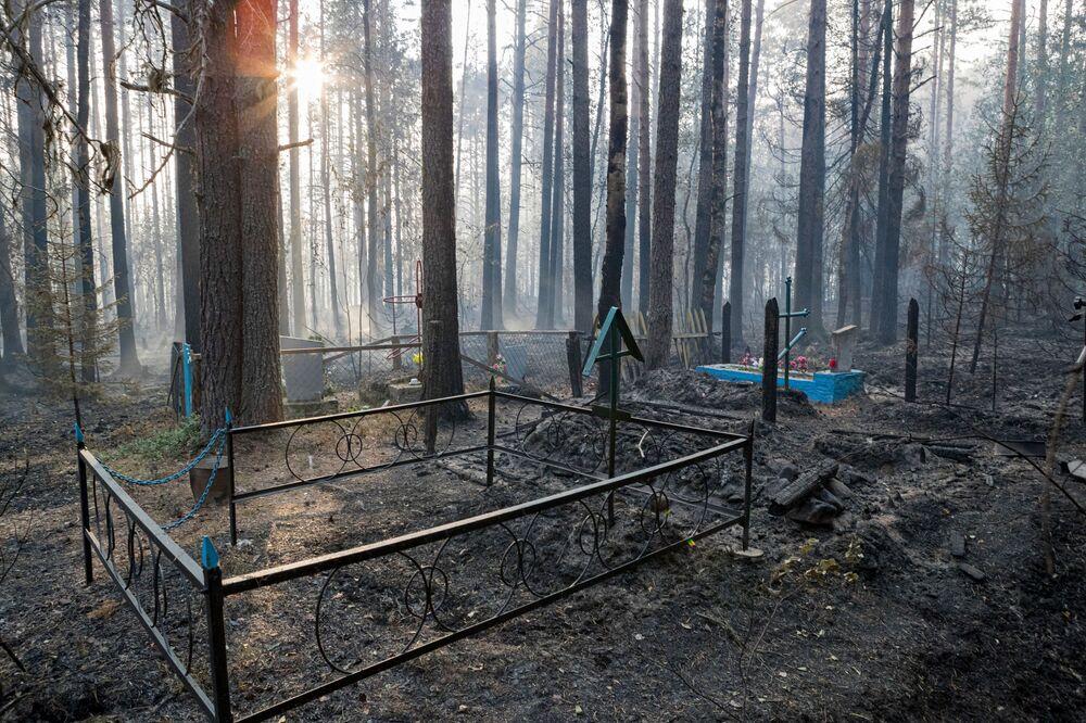 مقبرة بعد اشتعال الحريق في قرية روغا في كاريليا، روسيا 18 يوليو 2021
