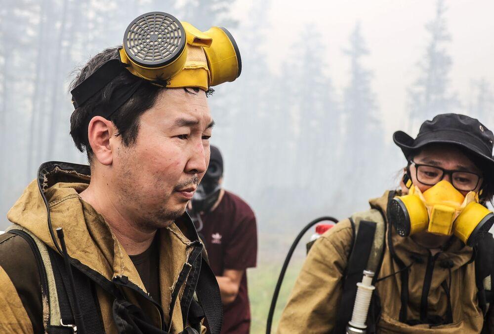 متطوعون من جمعية خيرية يساعدون في اخماد الحرائق بالقرب من قرية ماغاراس في ياقوتيا، روسيا 15 يوليو 2021