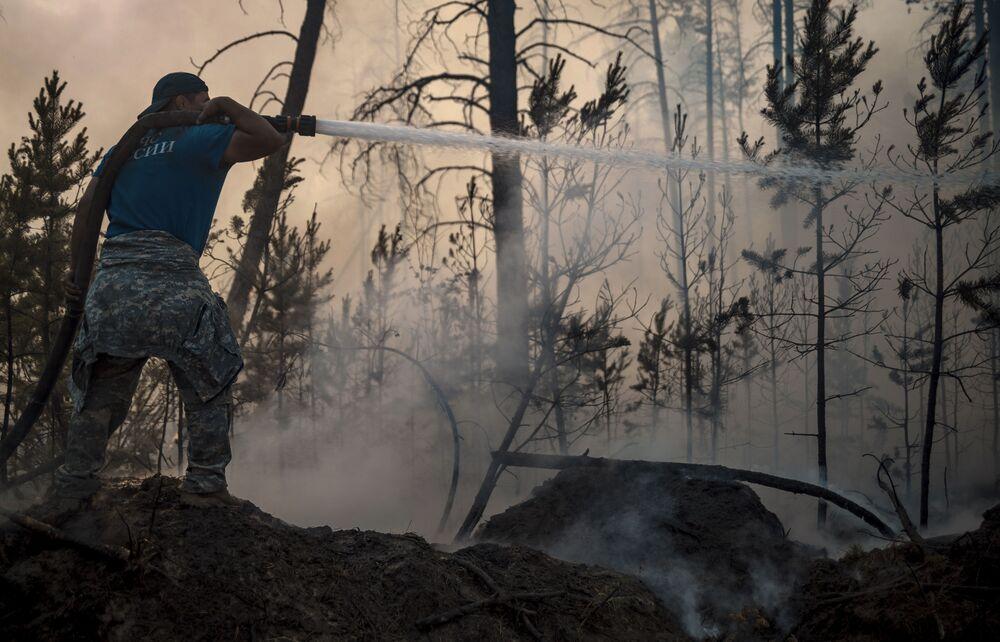 عناصر وزارة حالات الطوارئ الروسية يطفئون حرائق الغابات في ياقوتيا، روسيا  7 يوليو 2021