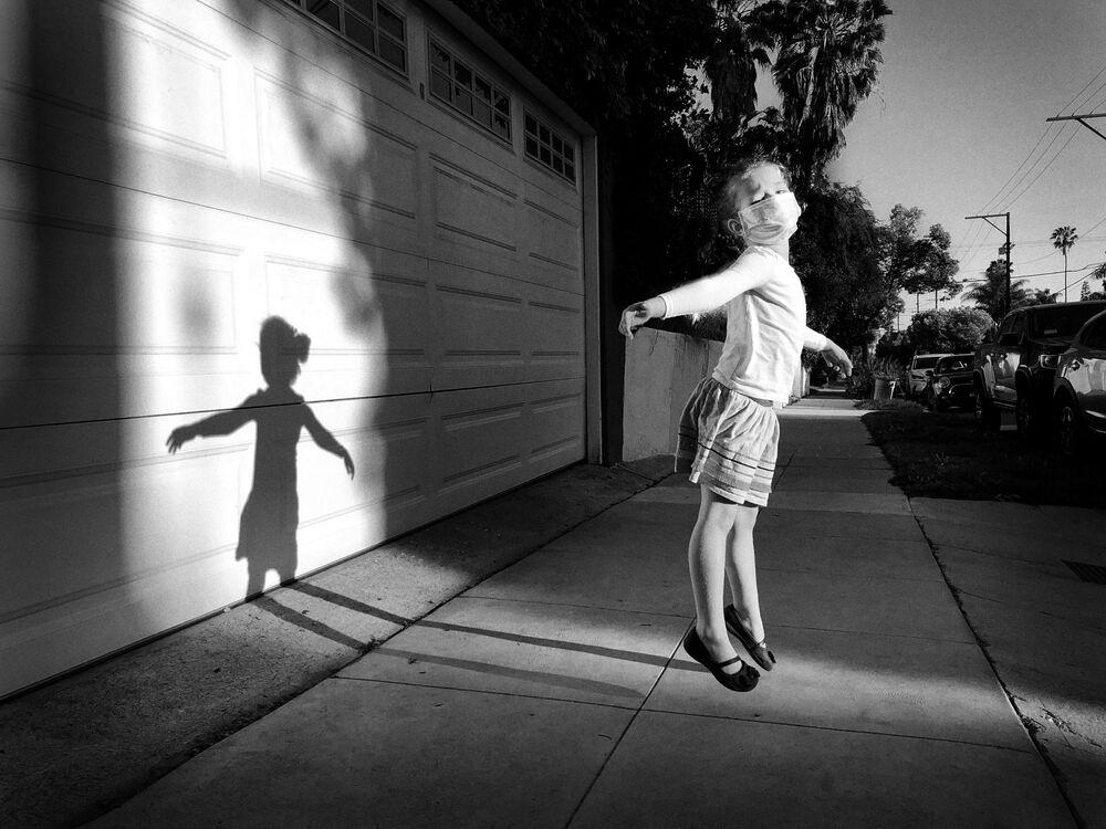 صورة بعنوان السير على الرصيف في الهواء الطلق، للمصور الأمريكي جيف راينر، الحائزة على المركز الثالث في ترشيحات مصور العام من  مسابقة التصوير الدولية IPPAWARDS 2021