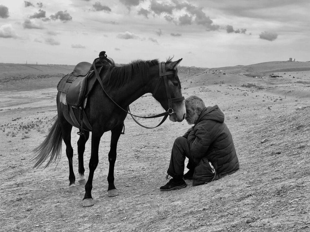 صورة بعنوان الترابط، للمصور الهندي  شاران شيتي، الحائز على المركز الأول في ترشيحات مصور العام من  مسابقة التصوير الدولية IPPAWARDS 2021