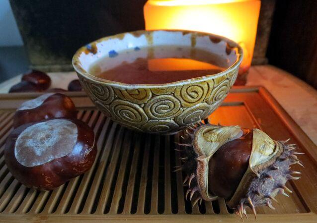 شاي أحمر على طاولة