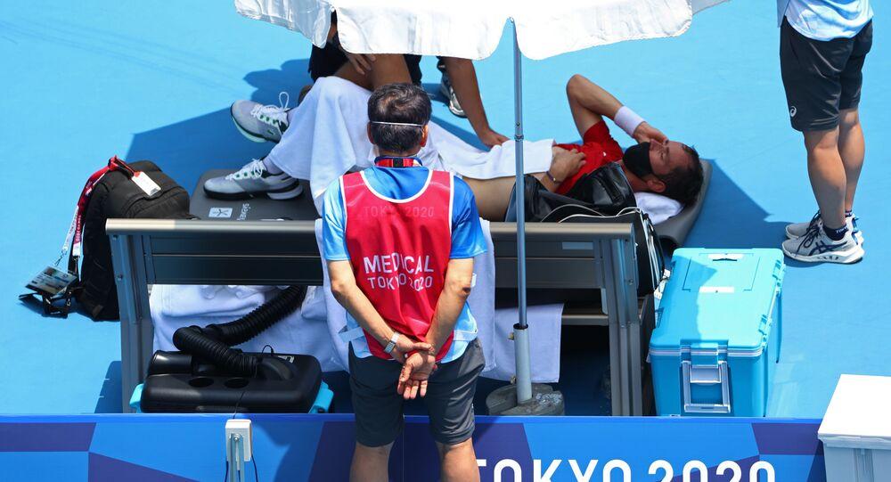 لاعب التنس الروسي، دانييل ميدفيديف، يتلقى العناية الطبية في أولمبياد طوكيو