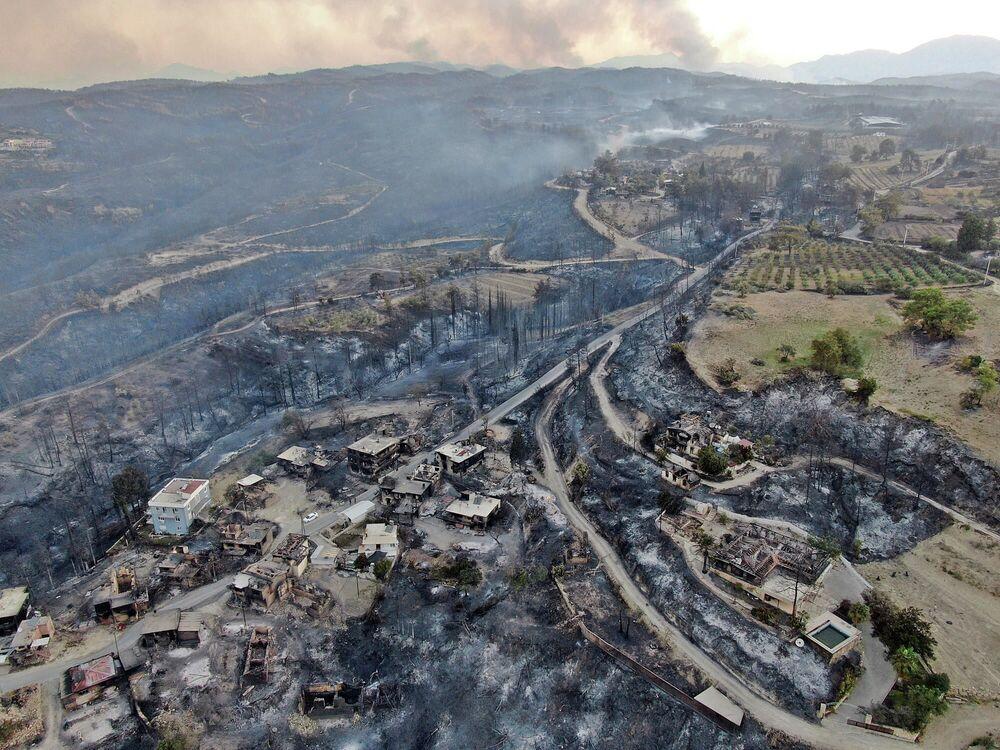 اندلاع حريق ضخم في غابة بالقرب من بلدة مانافغات، 75 كلم شرق المدينة السياحية أنطاليا، تركيا 29 يوليو 2021