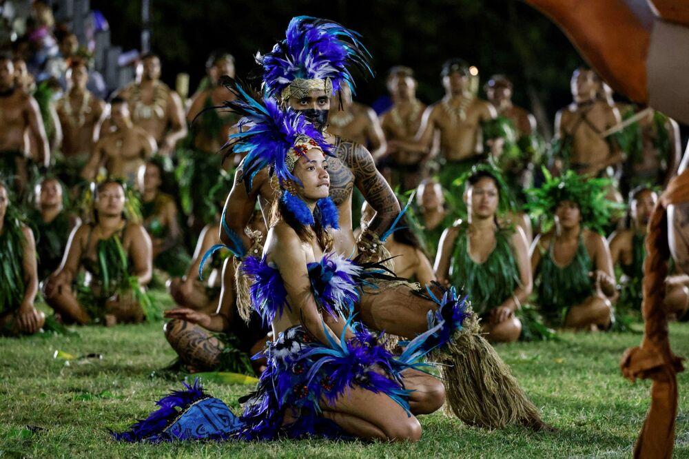 يشارك فنانون وراقصون تقليديون في عرض ثقافي لزيارة الرئيس الفرنسي إيمانويل ماكرون،  في ملعب أثناء زيارته إلى أتونا في هيفا أوا، ثاني أكبر جزيرة في جزر ماركيساس، بولينيزيا الفرنسية في 25 يوليو 2021