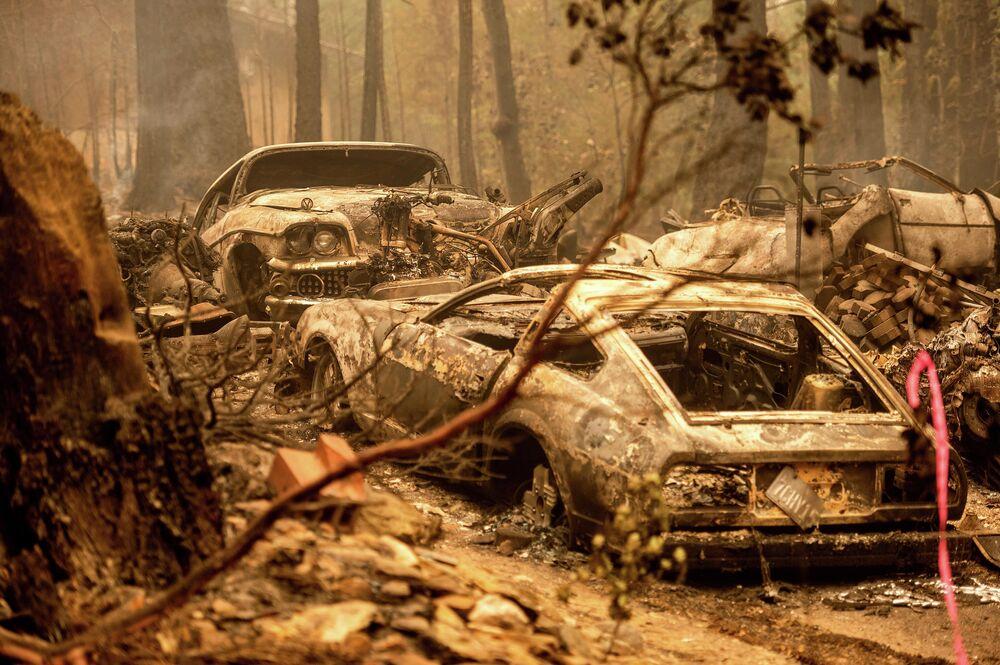 بعد حريق ديكسي (Dixie Fire)، استقرت المركبات المحترقة في ممر طريق في مجتمع إنديان فولز في مقاطعة بلوماس، كاليفورنيا، الولايات المتحدة 26 يوليو 2021