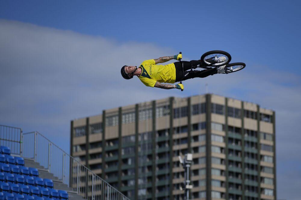 الأسترالي لوغان مارتن يقوم بقفزة عالية على خلفية مبنى سكني قريب، خلال جلسة تدريب BMX Freestyle في أولمبياد طوكيو 2020، اليابان 27 يوليو 2021
