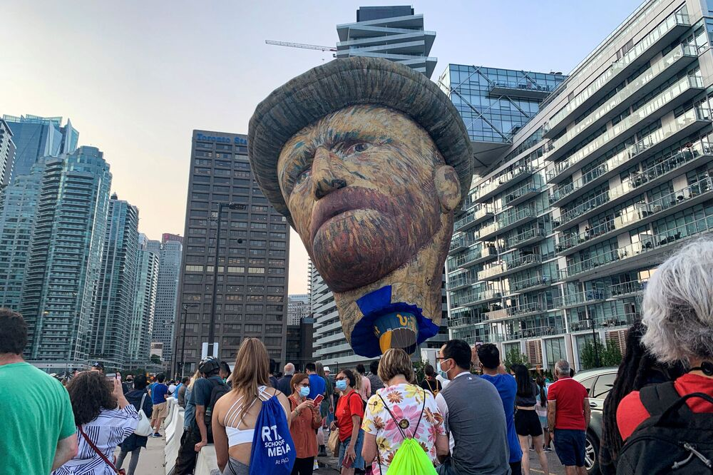 بالون (28 مترًا)، على شكل رأس الرسام الهولندي الشهير فنسنت فان جوخ، كجزء من الترويج لمعرض فان جوخ في تورنتو، أونتاريو، كندا 28 يوليو 2021