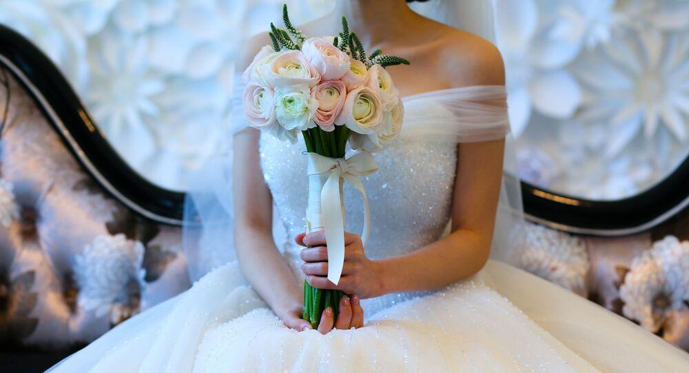 ثوب أعراس فاخر مع ورود