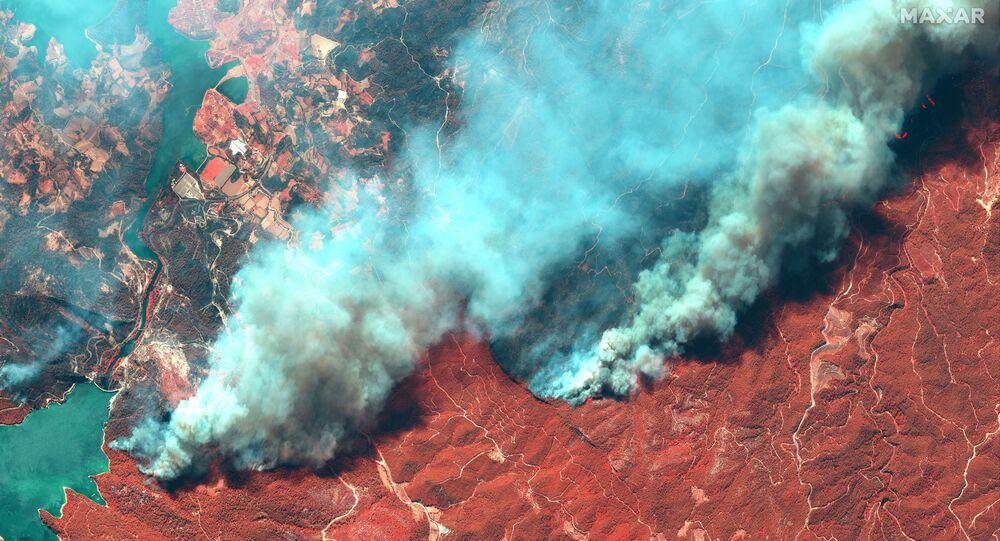 تُظهر صورة الأقمار الصناعية الملونة بالأشعة تحت الحمراء حرائق الغابات بالقرب من أويمابينار في منافغات القريبة من مدينة أنطاليا، تركيا في 29 يوليو 2021