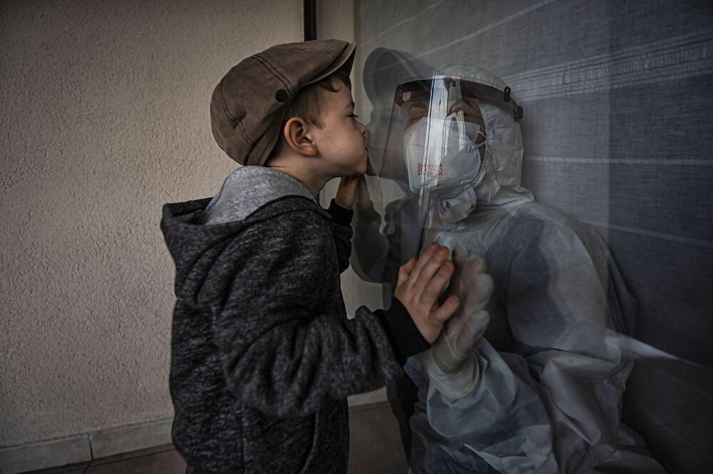 صورة بعنوان عناق، للمصور إلهان كيلينس من تركيا، الفائز بالمركز الثاني في فئة الإنسانية من مسابقة التصوير الدولية جائزة حمدان بن محمد بن راشد آل مكتوم الدولية للتصوير الضوئي