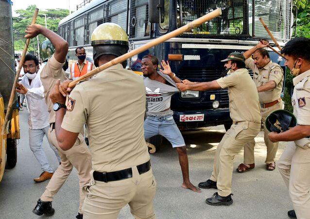 الشرطة الهندية تشتبك  مع محتجين أفارقة