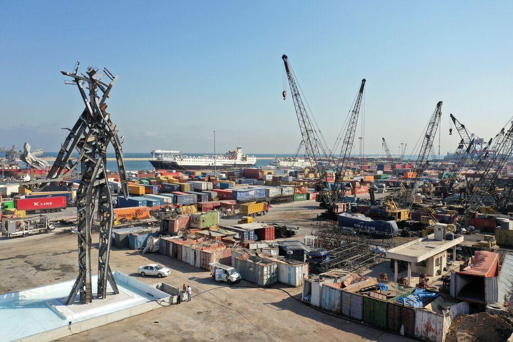 تمثال الرمز، من عمل الفنان المعماري نديم كرم، الذي شيد في موقع انفجار مرفأ بيروت، 2 أغسطس 2021