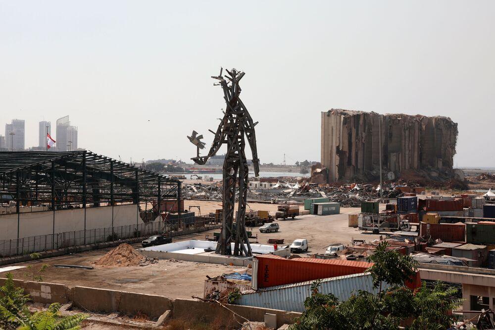 تمثال الرمز، من عمل الفنان المعماري نديم كرم، الذي شيد في موقع انفجار مرفأ بيروت،  30 يوليو 2021