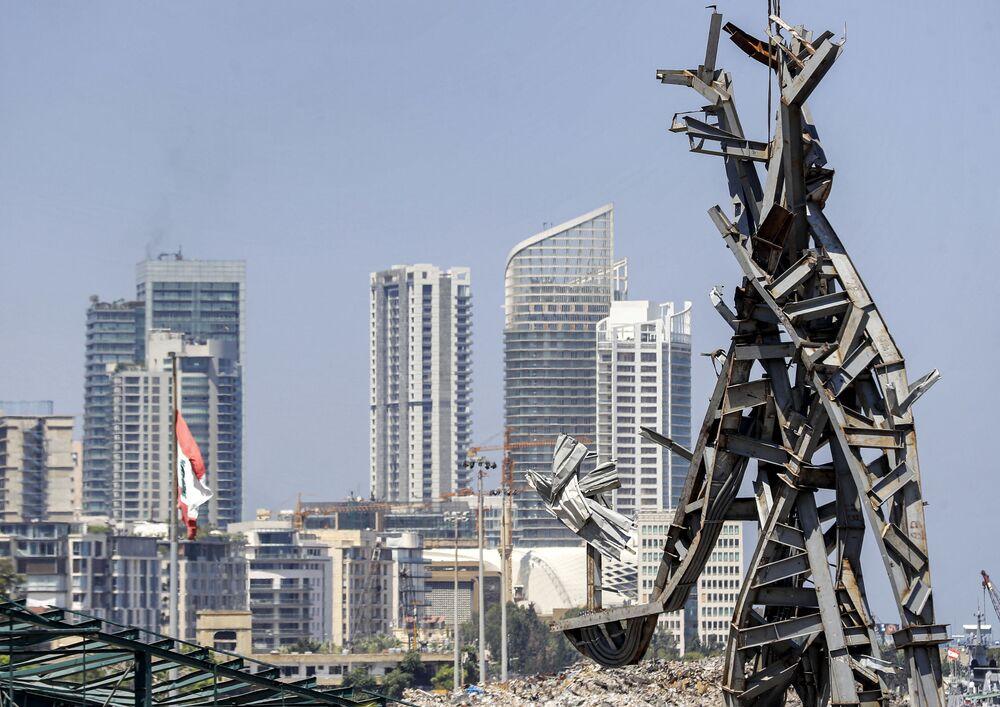 تمثال الرمز، من عمل الفنان المعماري نديم كرم، الذي شيد في موقع انفجار مرفأ بيروت، 28 يوليو 2021
