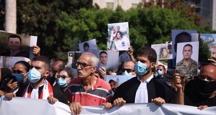 انطلاق مسيرة أهالي ضحايا انفجار مرفأ بيروت بحضور المحامين والنقيب، بيرون، لبنان 4 أغسطس 2021