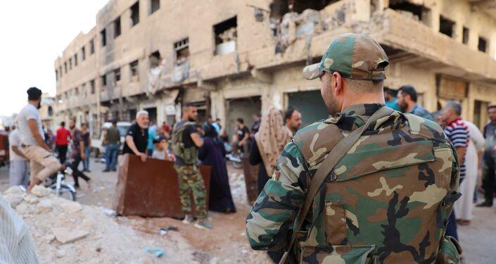 الجيش السوري يستقبل مئات الخارجين من حي درعا البلد