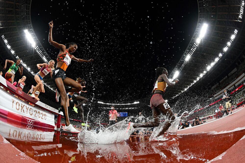 لاعبات يتنافسن في نهائي سباق حواجز 3000 م سيدات خلال دورة الألعاب الأولمبية طوكيو 2020، اليابان 4 أغسطس 2021