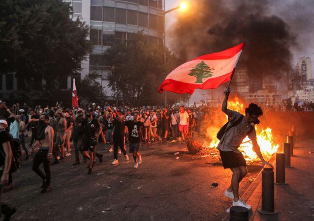 مواجهات عنيفة بين المتظاهرين وعناصر قوات الأمن بالقرب من البرلمان اللبناني في بيروت، بعد خروج المئات في ذكرى السنوية الأولى لانفجار مرفأ بيروت، لبنان، 4 أغسطس 2021