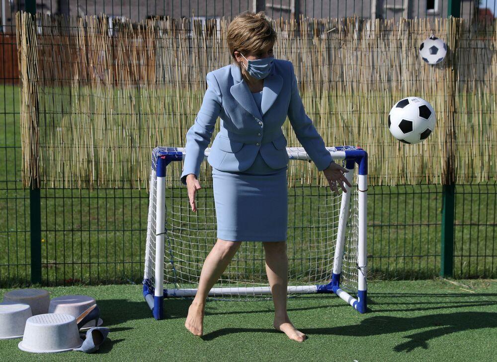 رئيسة الوزراء الاسكتلندية أثناء زيراتها روضة أطفال في فالين، بريطانيا 4 أغسطس 2021