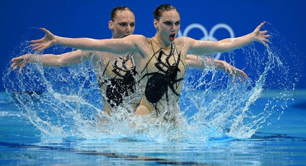 الروسيتان سفيتلانا كوليسنيتشينكو وسفيتلانا روماشينا أثناء فقرتهن للسباحة الإيقاعية في أولمبياد طوكيو 2020، 4 أغسطس 2021