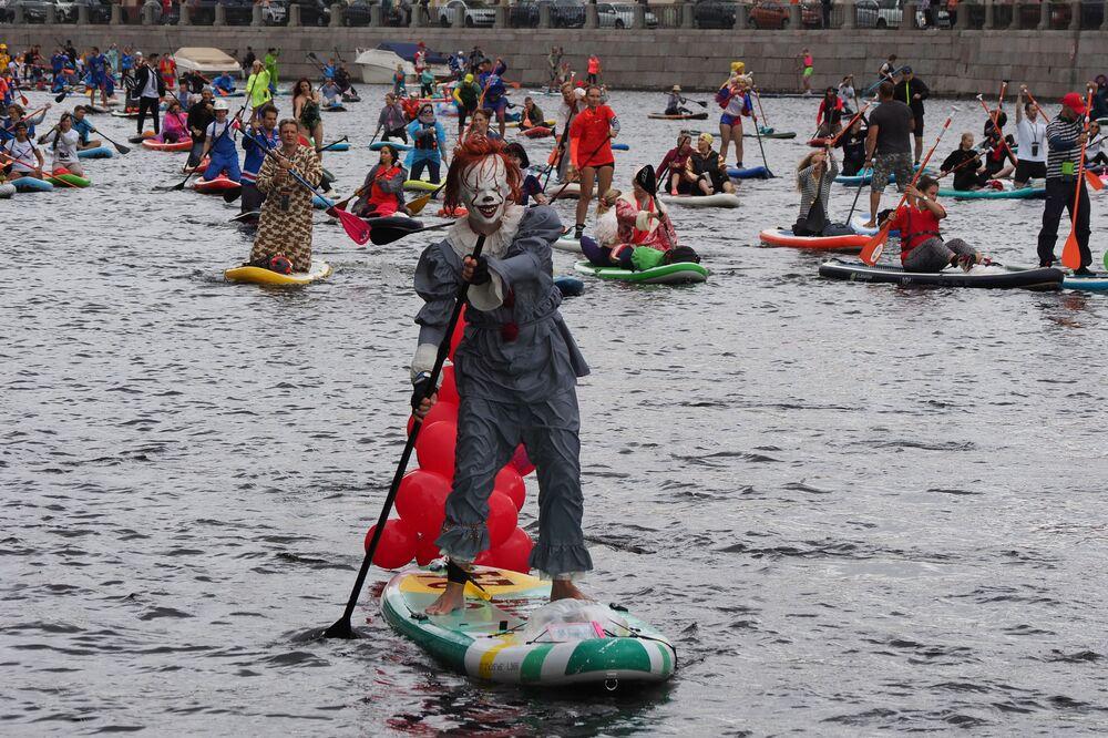 يوجه الناس ألواح التجديف الخاصة بهم على طول قناة خلال مهرجان SUP (Stand Up Paddle) - ركوب الأمواج في سان بطرسبرغ، روسيا، 31 يوليو 2021