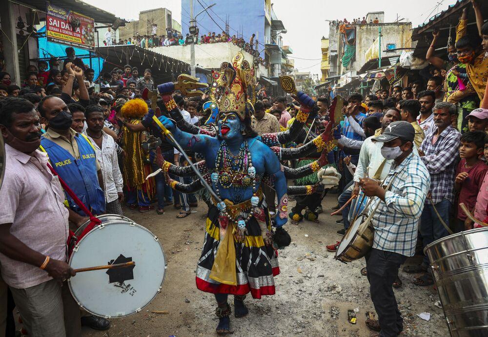 أحد المتعبدين يرتدي زي كالي يرقص خلال مهرجان بونالو في حيدر أباد، الهند، 1 أغسطس 2021.