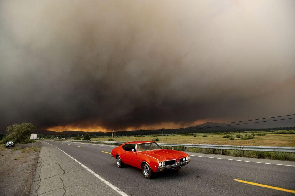 سيارة تغادر تشيستر على خلفية حرائق الغابات في ولاية كاليفورنيا، الولايات المتحدة الأمريكية 4 أغسطس 2021