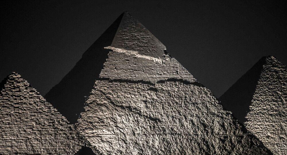 أهرامات الجيزة ليلا في مصر