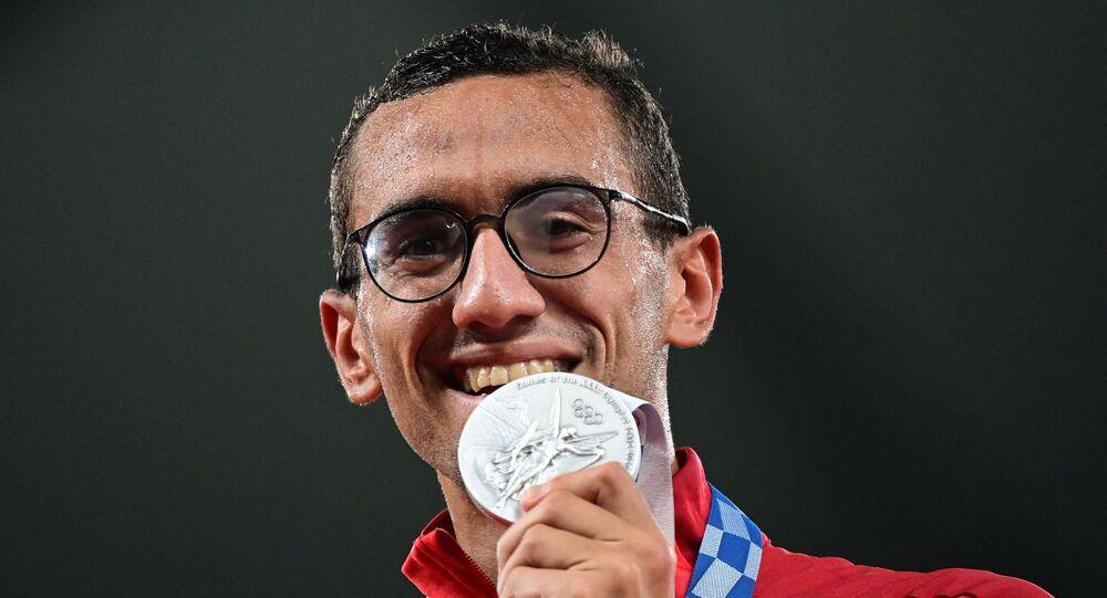 أحمد الجندي يقف على منصة التتويج بالميدالية الفضية في الخماسي الحديث   .