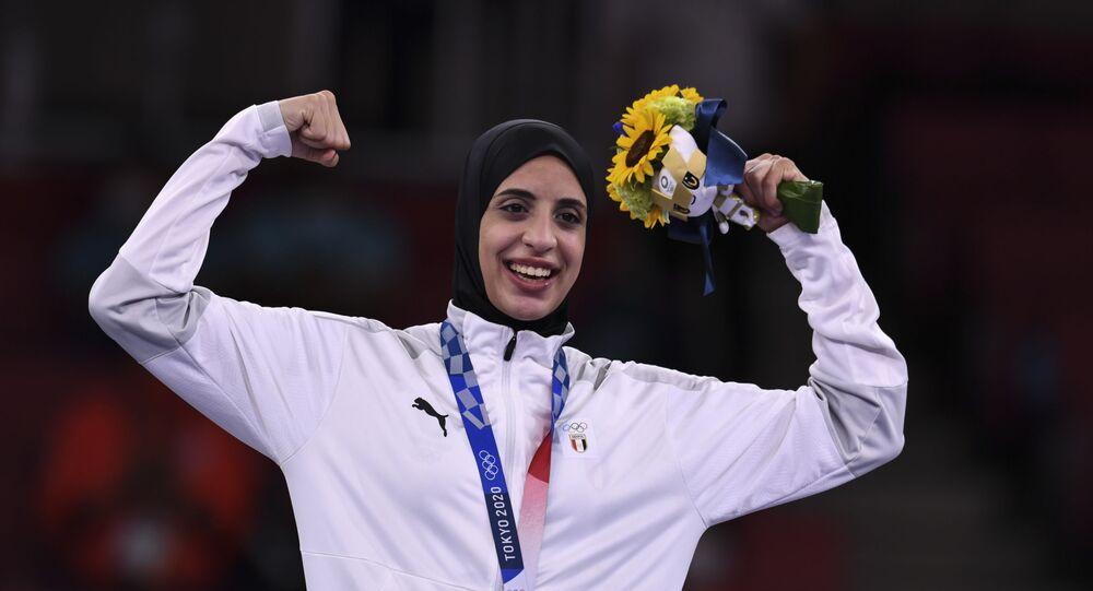 البطلة المصرية فريال أشرف بعد حصولها على الميدالية الذهبية للكاراتيه في أولمبياد طوكيو 2020