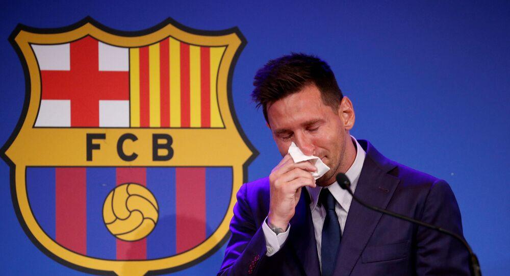 نجم كرة القدم الأرجنتيني، ليونيل ميسي، باكيا في المؤتمر الصحفي الخاص برحيله عن نادي برشلونة، 8 أغسطس/ آب 2021