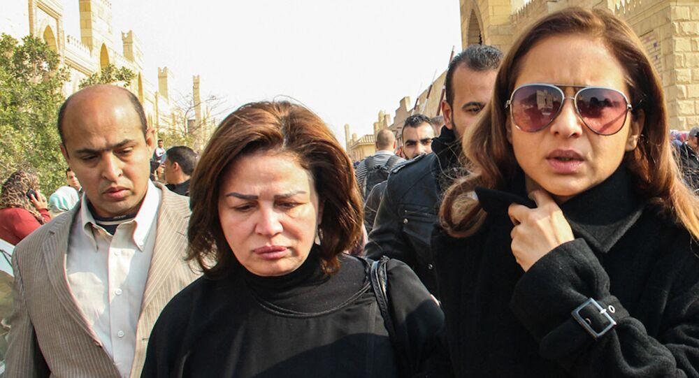 نيللي كريم وإلهام شاهين في جنازة الفنانة فاتن حمامة