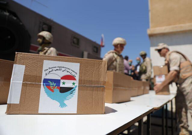 دفعات من المساعدات الروسية لقاطني مراكز الإقامة المؤقتة بمدينة درعا