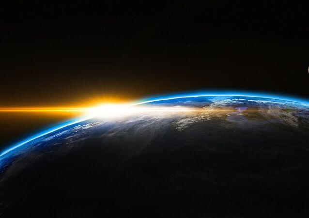 كوكب الأرض والقمر أثناء شروق الشمس