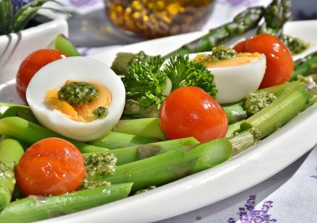 وجبة بيض مع البندورة والخضار