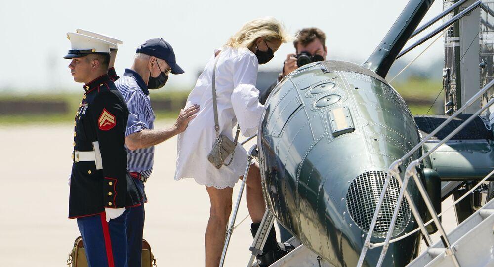 الرئيس الأمريكي، جو بايدن، يساعد زوجته، جيل بايدن وهي ترتدي حذاءا طبيا أثناء مغادرتهما قاعدة ديلاوير الجوية للحرس الوطني في نيو كاسل، 13 أغسطس/ آب 2021