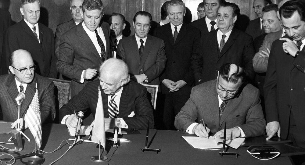 دونالد كيندال ، رئيس شركة بيبسي الأمريكية، يزور الاتحاد السوفيتي لتوقيع اتفاقية افتتاح مصنع تعبئة بيبسي كولا في مدينة نوفوروسيسك