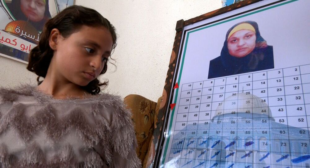 أطفال الأسيرة نسرين أبو كميل يعدون الأيام في انتظار حريتها