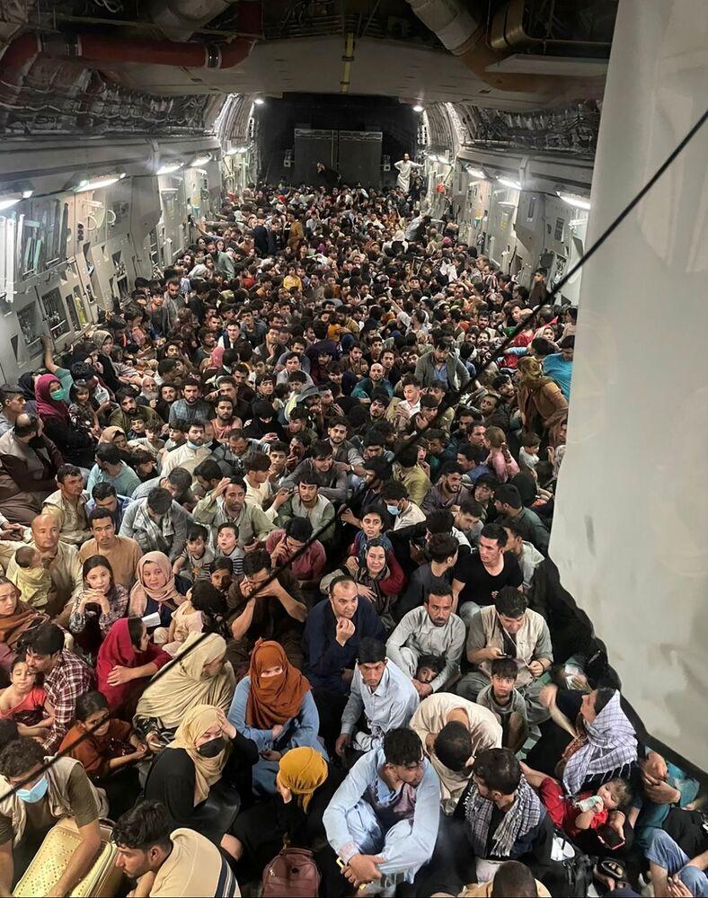 عملية إجلاء على متن طائرة تابعة للقوات الجوية الأمريكية من طراز C-17 Globemaster III لرحلة من أفغانستان الى قطر