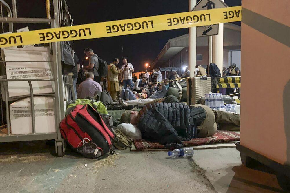 الفرنسيون وزملائهم من أفغانستان ينتظرون الصعود على متن طائرة عسكرية في مطار كابول