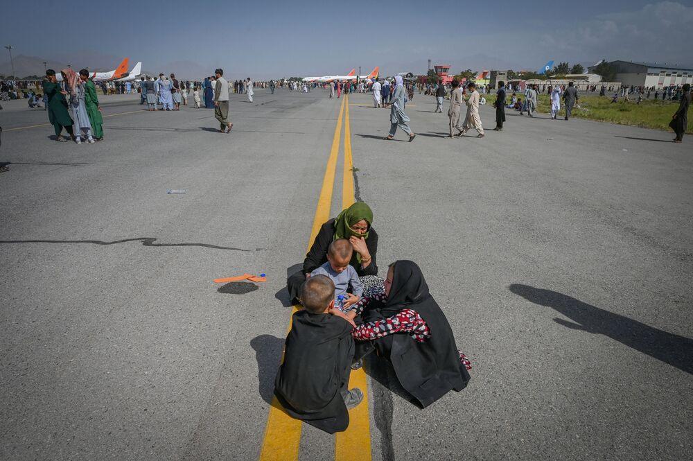 أفغان على المدرج في مطار كابول