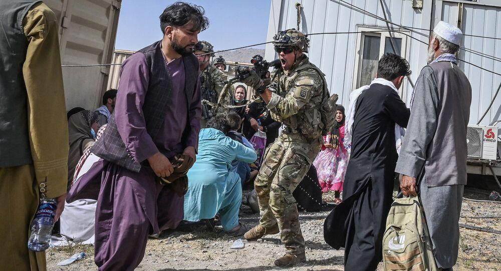 جندي أمريكي يهدد مواطنين أفغان في مطار كابول