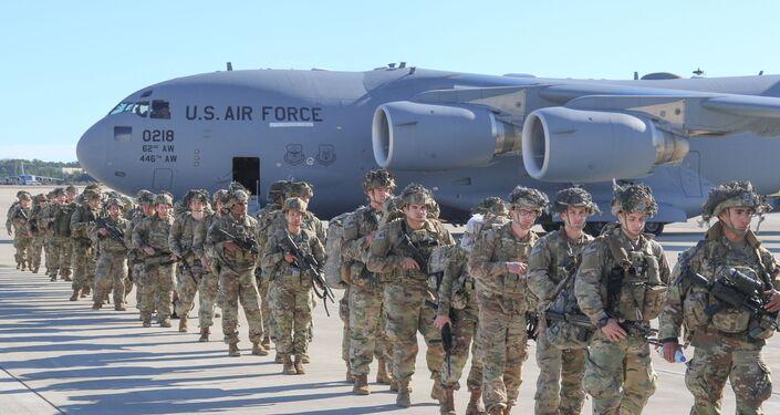 طائرة الشحن العسكري سي 17 غلوب ماستر تحمل مظليين أمريكيين